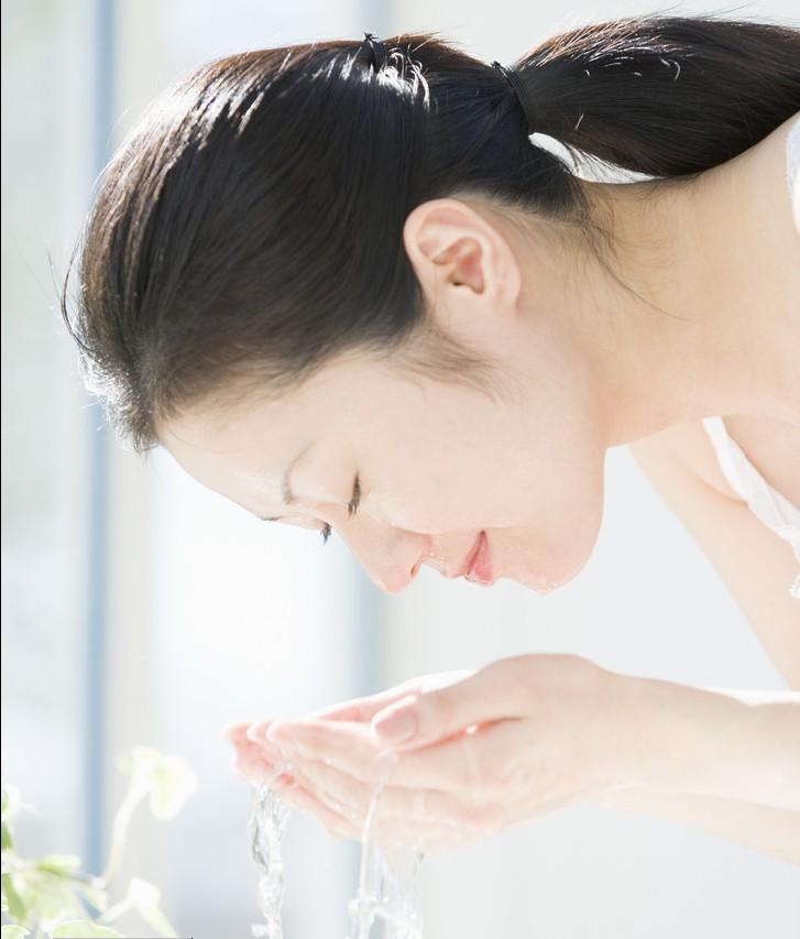 ps素材 洗脸的女人图片