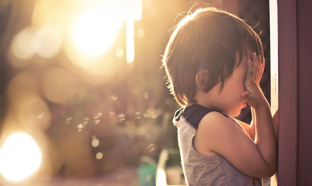 阳光小孩遮脸图片