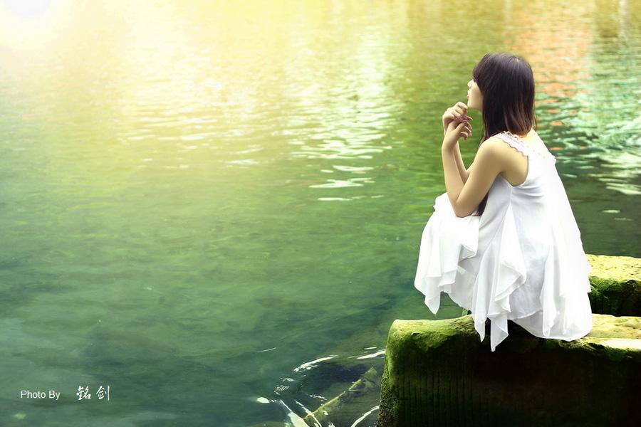 Photoshop给河边的美女加上唯美的黄绿色 调